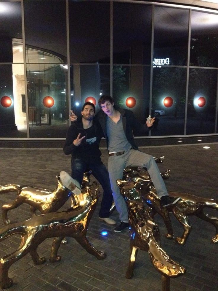 I just found this picture from season two @TylerL_Hoechlin @daniel_sharman outside a restaurant surrounded by wolves