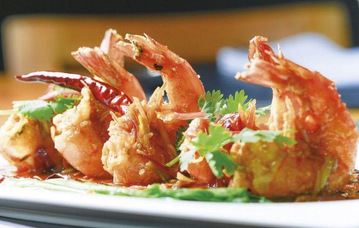 Οι γαρίδες-τίγρεις εκτρέφονται ευρέως στην Ταϊλάνδη και χρησιμοποιούνται σε πολλά πιάτα. Μπορούμε, ωστόσο, να βάλουμε διάφορα είδη γαρίδας, ανάλογα με το ποιες έχουμε στη διάθεσή μας. Αυτή η συνταγή περιέχει αρκετό σκόρδο, οπότε είναι προτιμότερο να επιλέξουμε ωραίες, φρέσκες και γλυκές σκελίδες, για την καλύτερη δυνατή γεύση.