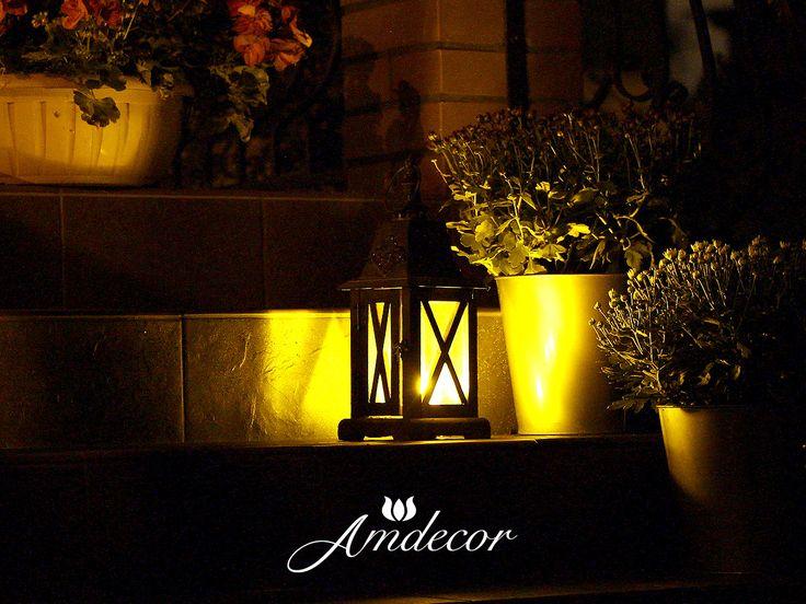 Lanterns at night in a charming garden. Mały lampion na schodach na tarasie