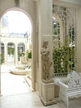 Hotel Ritz Paris : jardin intérieur en passant par la galerie