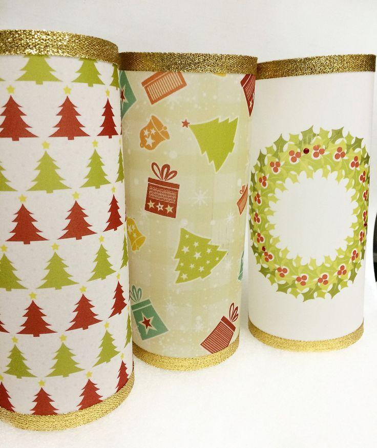 Lanterna Mesa de Natal, feita em papel vegetal A4 (21x29,7cm), com fita verde ou dourada e strass. <br>Temos outras opções de estampas. <br>Altura da lanterna montada: 21 cm. <br> <br>Não inclui sistema de iluminação. Pode ser usada com vela de led. <br> <br>Por se tratar de um produto frágil, a lanterna é enviada aberta, com fita dupla face para ser fechada no local. <br> <br>De 10 a 19 unidades = R$ 10,30 cada <br>20 unidades acima = R$ 7,90 cada