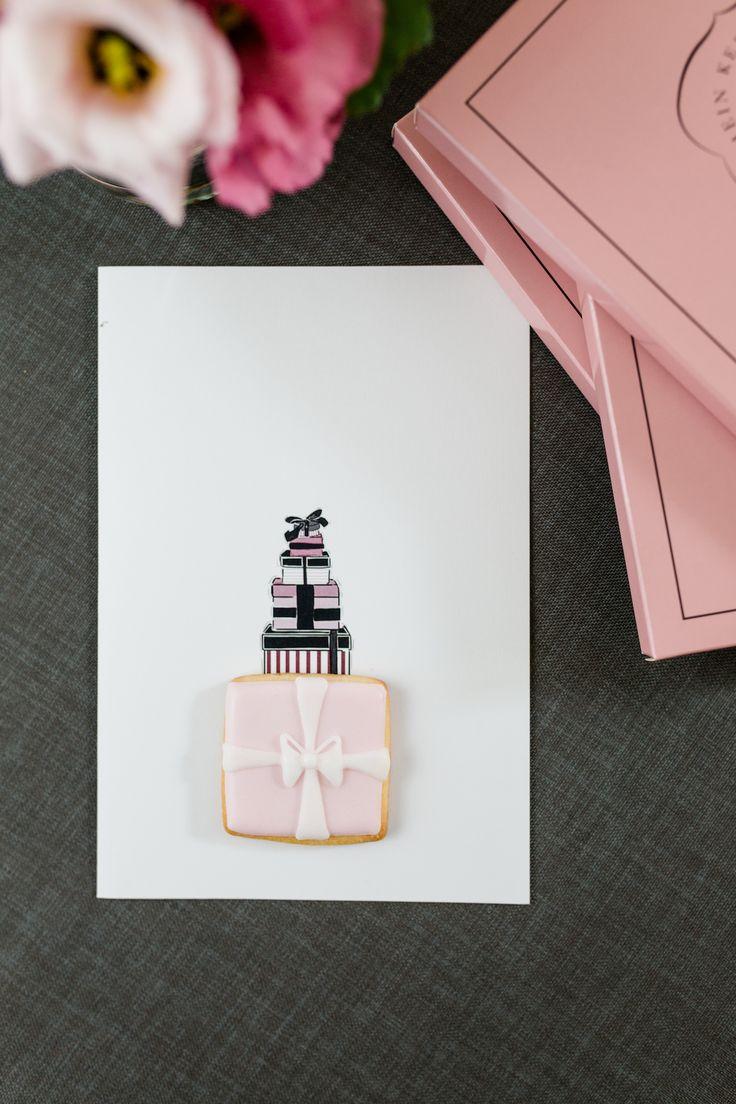 Süße Grußkarte zum Vernaschen. Die Mucki Cookie Card wird mit kleinem Keks als Geschenk verschickt. Zum Geburtstags, zur Geburt, zur Hochzeit, für Glückwünsche und liebe Grüße.  #muckicookiecard #geburtstagskarte #glückwunschkarte #illustration #mucki #grußkarte #karte #hochzeitskarte #babykarte #geschenkbox #süßegrüße #kekse #keks #post #wunschkarte #botschaft #geschenkset #liebesbrief #cookiecard #grußkartenkollektion #cookie-karte #zeichnung #geschenkidee #keksmanufaktur #meinkeksdesign