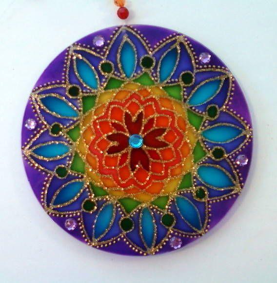 Mandalas em acrílico de 15cm de diâmetro, pintura vitral, decorada em ambos os lados. R$ 27,00