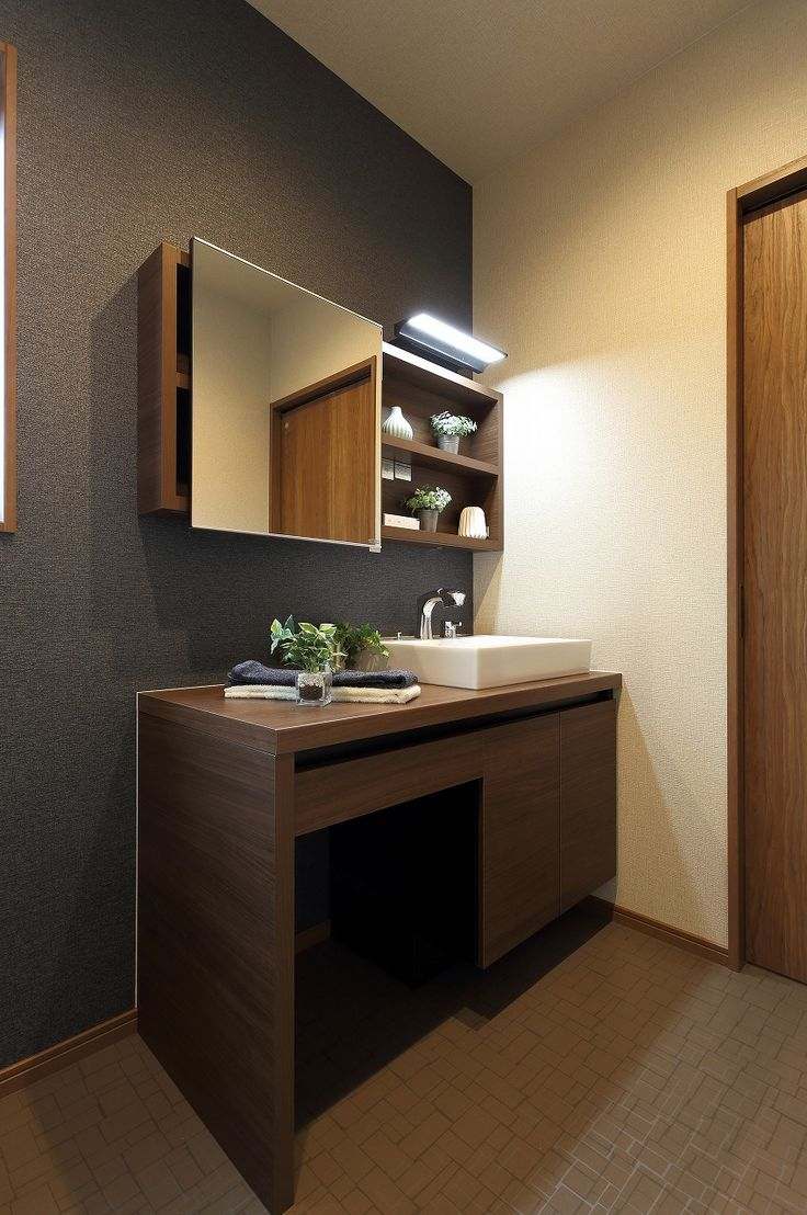 鏡を横にスライドすると収納が現れるスタイリッシュな洗面化粧台