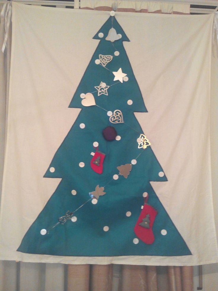 Christmas tree for home without space.      Árbol de Navidad para casa sin espacio. Fieltro y botones para colgar