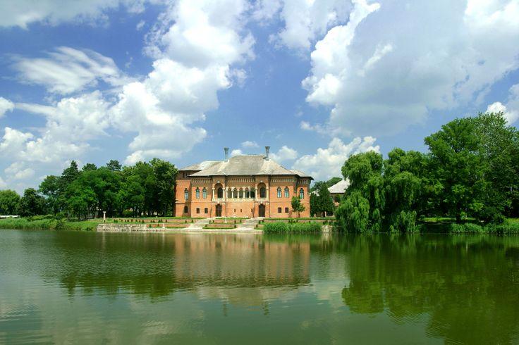 """Mogosoaia Palast / """"Brancovenesc""""-Museum in Bukarest: Der Palast und der umgebende Park bieten einen wunderschönen Blick in die Baukunst des rumänischen """"Brancovenesc""""-Stil. Erbaut als Fürsten-Residenz wurde der Palast tatsächlich von mehrere Fürsten und Fürstinnen bewohnt. Er war Treffpunkt für die rumänische Elite in der Zwischenkriegszeit, als Fürstin Martha Bibescu hier Hausherrin war. Heute ist der Palast ein Museum für Brocoveanu–Kunst und Geschichte."""