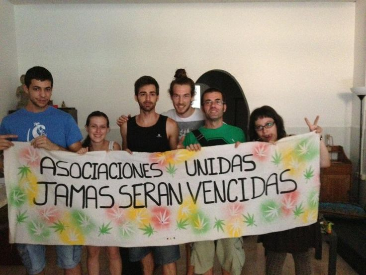 """""""Asociaciones unidas jamás serán vencidas !"""" es el lema de la pancarta con la que Alex, Jacko y los socios de la asociación cannábica de L´Hospitalet (Barcelona) posan para la foto. #LosMejoresHumos #PuffPuffPass"""