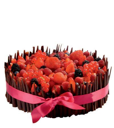 Speciální dort 02 Jakýkoliv dort z naší nabídky dozdoben čokoládovými ruličkami, čerstvým ovocem a saténovou stuhou.