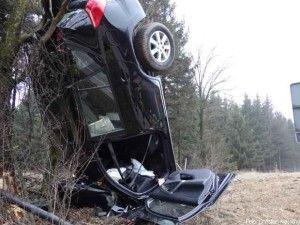 Unfallfahrzeug kommt senkrecht an Baum zum Stehen http://www.feuerwehrleben.de/unfallfahrzeug-kommt-senkrecht-an-baum-zum-stehen/ #feuerwehr #firefighter