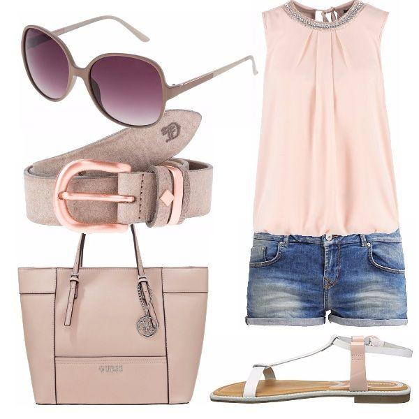 Un outfit giorno impreziosito da un top con un tocco sparkly. Gli short jeans rendono il look giovane e fresco. Accessori in tinta come la bag capiente, la cintura e gli occhiali da sole.