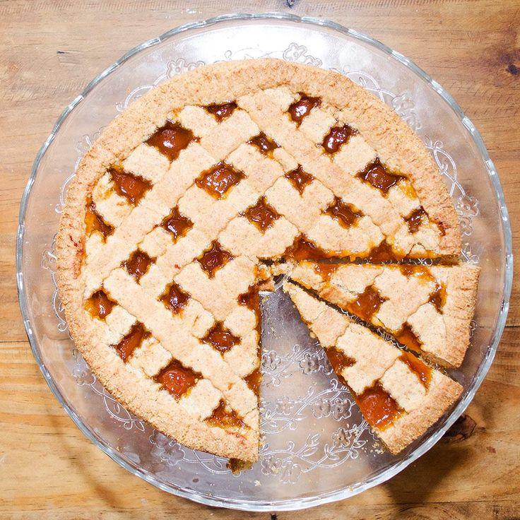 Crostata di farina integrale con marmellata di albicocche.