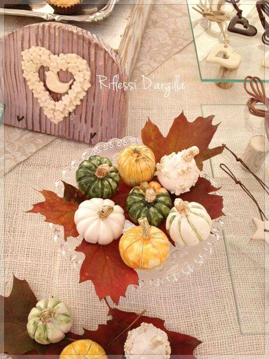Ceramic Pumpkins Decor - Pumpkin place cards - Segnaposto autunnali. Decorazioni per la casa.Creazioni in ceramica modellate interamente a mano- Bomboniere - Complementi d'arredo - - Oggetti personalizzati - Creazioni artistiche - Pezzi Unici. Ceramic creations Riflessi D'argilla.