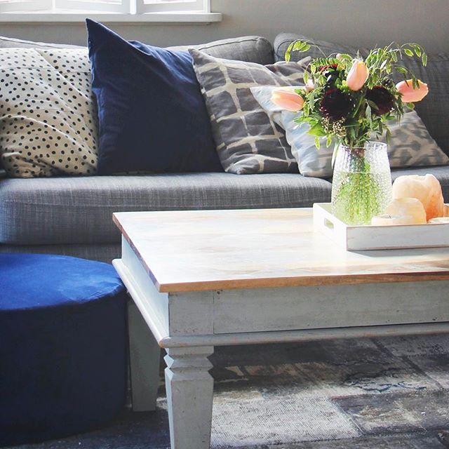 Weekend flowers ❤ Köpte lite blommor i veckan och band buketter åt några fina. Fick lite över till en helgbukett också. ❤ Jagar nytt soffbord till vardagsrummet med. Lite svårt när man har små kids. Finns många fina men väldigt opraktiska soffbord  svart är snyggt men blir så dammigt. Glas är fint men ja, småbarn. Jagar vidare. Ha en fin helg! ❤☀️ #homebyjo #livingroom #velvet #furniture #vardagsrum