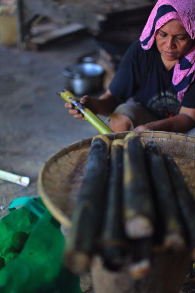 Nasi Bambu sudah selesai di Bakar