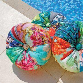 Almofada Redonda Fuxicão 40 cm :: feita de uma combinação supercolorida de tecidos em patchwork pelo Fuxicarte