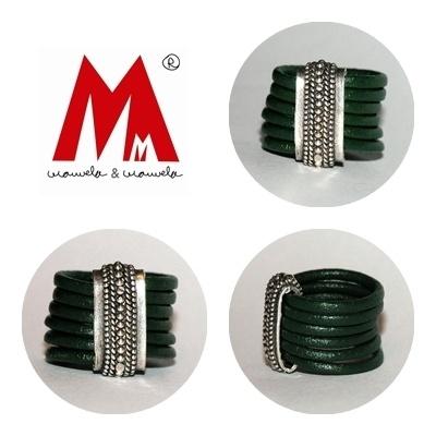 Anillo realizado con cordón de cuero verde botella y aplicación de Zamak labrada.