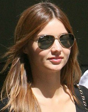 Miranda Kerr wears polarized Ray-Ban aviator sunglasses #rayban #sunglass #fashion #