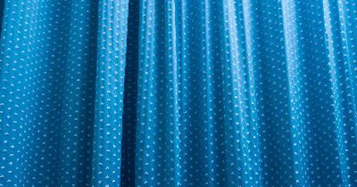 Cómo hacer cortinas baratas a partir de sábanas. Si estás buscando agregar unas cortinas en tu habitación, pero temes al alto precio de las que vienen hechas, considera hacerlas de sábanas lisas. Las sábanas lisas de cama individual son baratas y vienen en una variedad de colores diferentes, lo que las hace una gran opción cuando no quieres salirte de tu presupuesto.