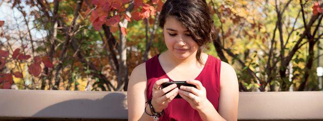 ¿Cómo puedo hacer que mi hija deje de usar su teléfono un rato y que hable conmigo? Para mas consejos para #padres visita: www.youparent.com/es #YOUparent