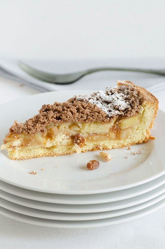 Una crostata con il sapore di tre mele diverse e caramellate, coperta con streusel alla cannella
