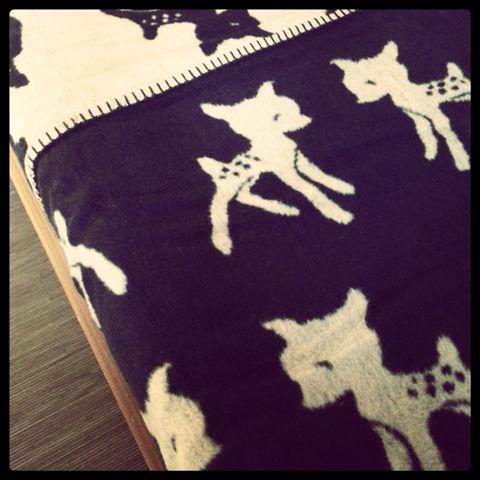 Fabulous Goose deken met Bambi-print. Deze ledikantdeken is prachtig donkerblauw met camelkleur. Fraai op de kinderkamer. Geschiktvoor ledikant en junior bedje! -