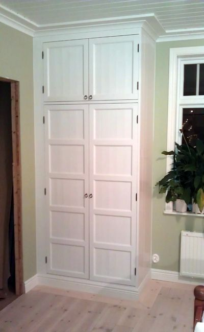 Platsbyggd garderob i massiv furu vitmålad. Objektnr: gard05.