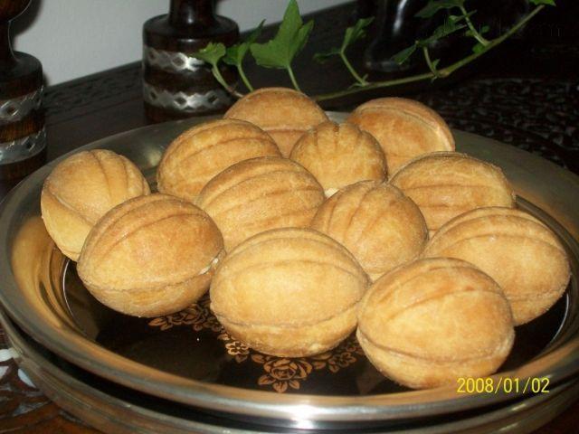 Ruské orechy MUŠLE      250 g maslo     2 vajcia     1/2 salky cukru     1/4 zarovnanej kavovej lyzicky soli     1/4 kavovej lyzicky soda bicarbona     1 PL ocot     3 salky muky hladkej (a mozno aj trochu viac)  Krem:      1 salko/kondenzovane sladene mlieko     100 az 150 gr masla ..podla chuti alebo ako sa rac