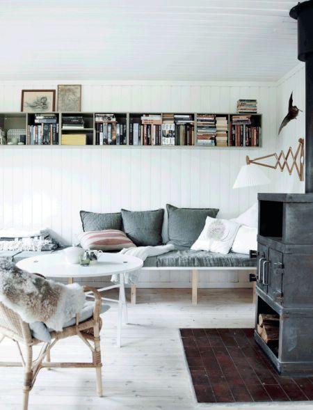 sommerhus - byg din egen briks - sofa - sommerhusstil // #nordicliving #scandinavianliving #summerhouse