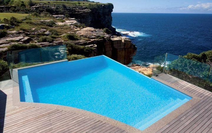 Πισίνα στην άκρη του γκρεμού, ντυμένη με ψηφίδα #kypriotis #kipriotis #plakakia #anakainisi #athens #ellada #greece #hellas #banio #dapedo