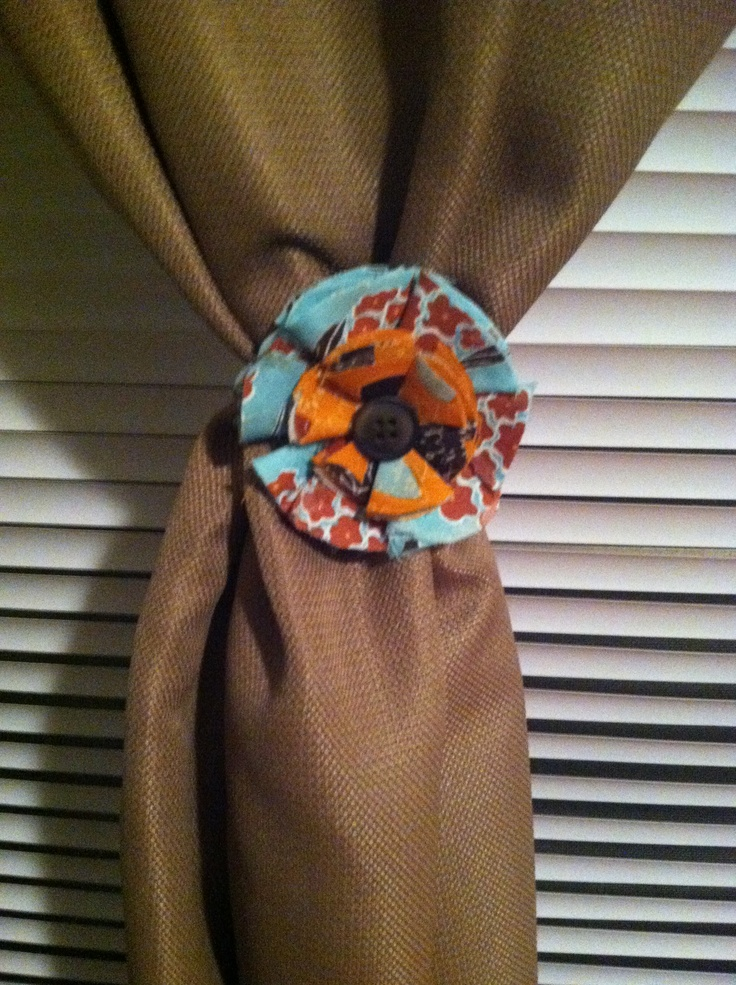 DIY fabric flowers fashioned into curtain tie back via a button and rubberband on the back!Decor, Curtains Ties, Book Worth, Baby Ducks, Fabrics Flower, Curtain Tie Backs, Diy Fabrics, Artsy Fartsy, Accent Wall