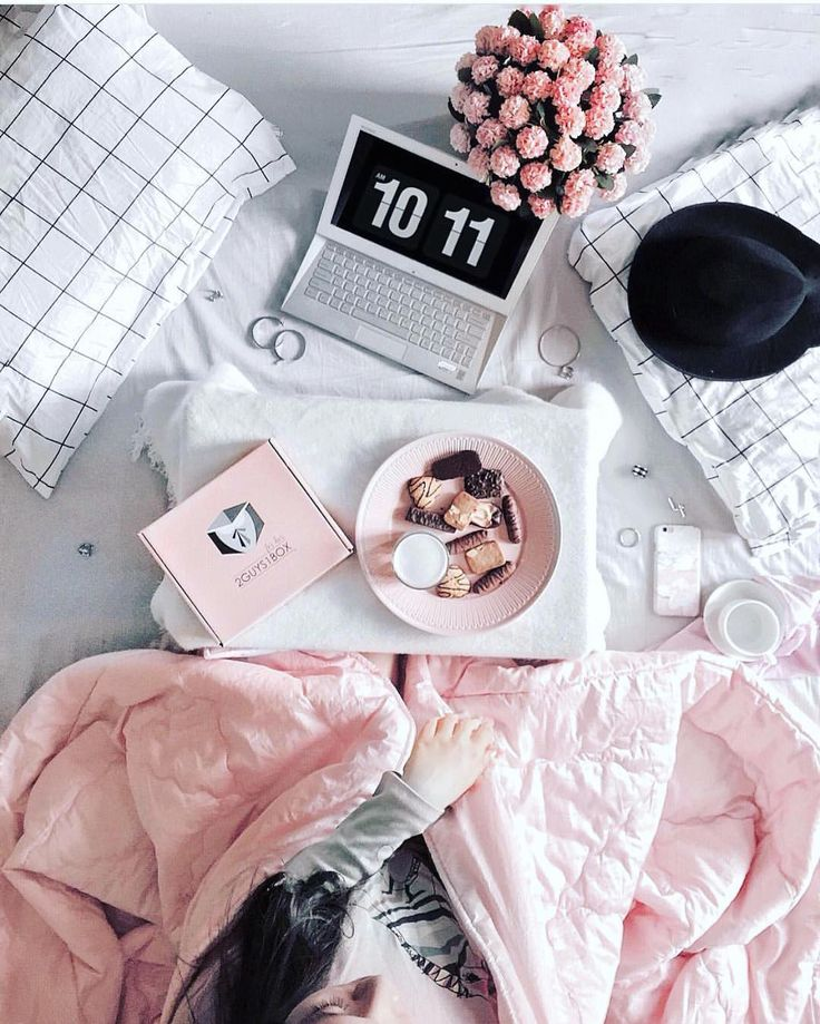 Cool flatlay in bed. Pinterest: @giovana