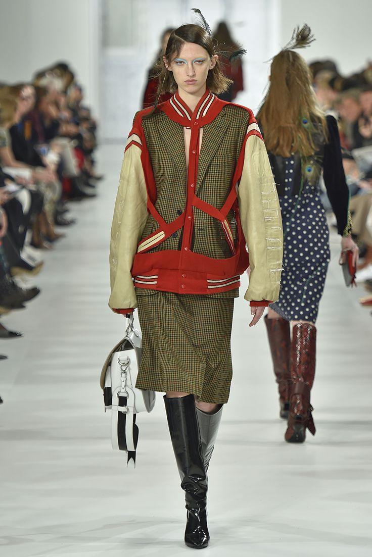 """PFW - As botas são as queridinhas do inverno, e na semana de moda de Paris, a versão """"enrugada"""" ganhou destaque em diversos desfiles. Aposte em tecidos maleáveis e com texturas ou brilhos.  A Adina traz: Camurça, Suede e Veludo Cristal.  Imagem: Maison Margiela"""
