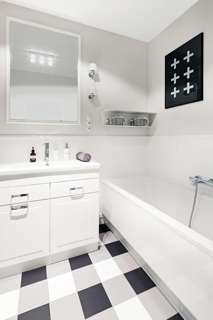 Łazienka z podłogą w trzech kolorach