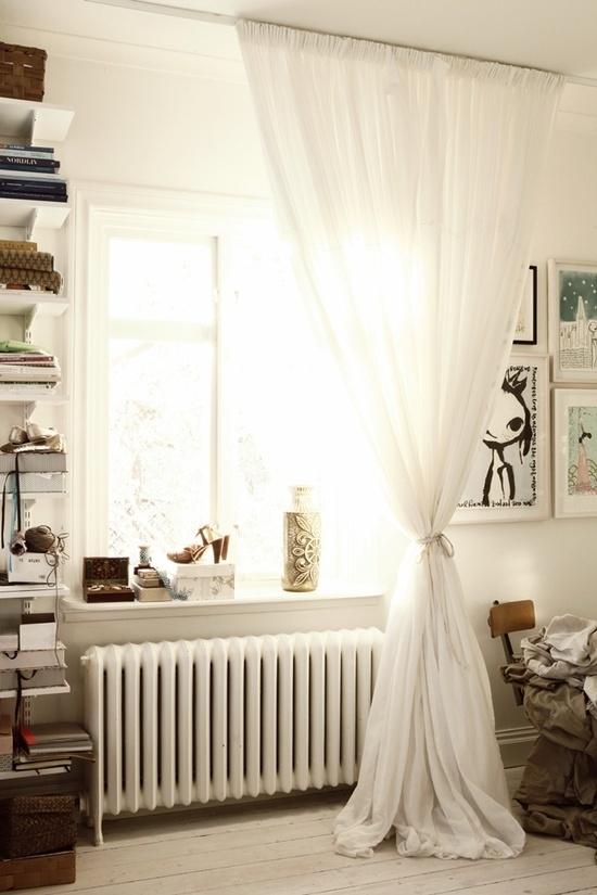 Härlig gardin i sovrum, sätt på skena i tak.