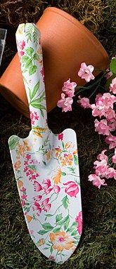 Uma boa ideia é continuar com o clima e oferecer kits de jardinagem como lembrancinha, com direito a plantinha/sementinha, pá, vaso, ancinho e até chapéu de palha…
