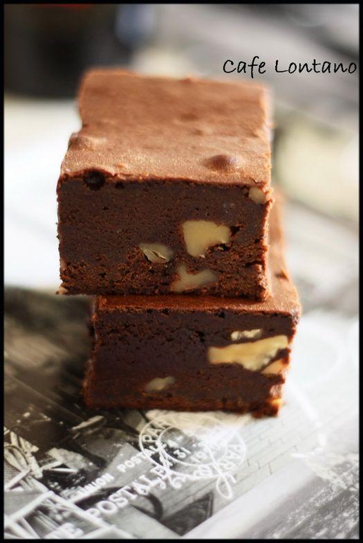 """Paris'ten aldığım Marabout Chef serisinin """"Tout Chocolat"""" yani tamamı çikolata adlı kitabında brownie tarifi olarak geçiyor ama bence brownienin çok ötesinde bir şey bu. Kıvamı o …"""
