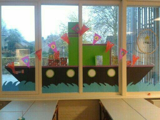 Sinterklaasboot op het raam