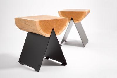 Stołek ½ - Unikatowy charakter drewna kontrastuje z technicznym, laserowo wycinanym elementem metalowym. Stołek  jest bardzo stabilny i trwały. Dzięki odpowiedniemu wykończeniu drewna i metalu stołek może zamieszkać w ogrodzie lub na tarasie. Zarówno na zewnątrz, jak i w mieszkaniu może pełnić funkcję siedziska, ale również służyć jako podręczny stolik.  Materiały: - drewno dębowe ( z certyfikatem FSC ) , olejowane ( olej z filtrem UV ),                    - stal ocynkowana i malowana ...