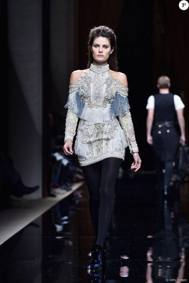 Isabeli Fontana desfila pela Balmain na Semana de Moda de Paris