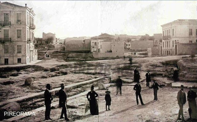 Αρχαίο Θέατρο Ζέας, 1901, μεταξύ των οδών Φιλελλήνων και Αρτέμιδος (Χαριλάου Τρικούπη), πριν από την κατασκευή του γυμναστηρίου του Πειραϊκού Συνδέσμου και του Αρχαιολογικού Μουσείου του Πειραιά.