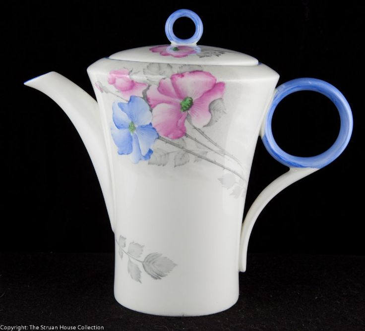 This Shelley Regent shape coffee pot has the crisp and clean lines that we know so well of the Shelley Art Deco designs of the 1930s