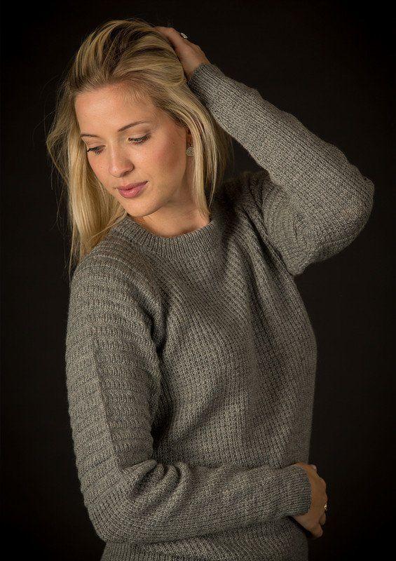 """Flot klassisk sweater med enkel detalje på ærmerne idet der på øverste halvdel af ærmerne er strikket """"bisser"""". Den findes"""
