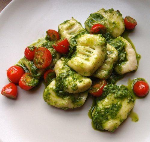 【nanapi】 ニョッキとは、じゃがいもに粉を加えて茹でた、お団子のようなパスタ。イタリア家庭料理の定番で、お母さんの味というだけに様々なレシピがあります。じゃがいもの種類や作り手によって、まったく違う食感に仕上がるのもニョッキの魅力です。今回ご紹介するレシピは、柔らかいほっこり食感。手作りならで...
