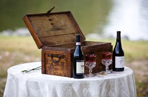 Wine, wine glasses, Love letters and a box... ingredients for a unique wedding element, and wonderful anniversary!!