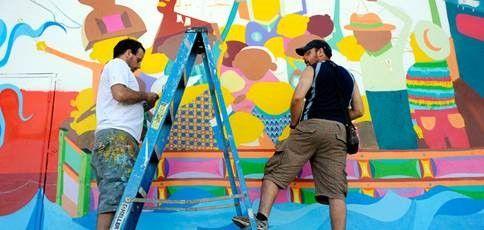 Os  Gêmeos, grafiteiros brasileiros, durante produção de mural em Wynwood Walls