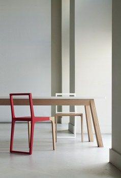 The wooden chair with red painted frame | De houten stoel met rood geschilderde frame.