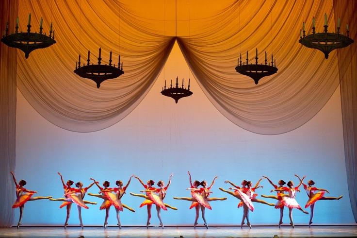 """Giornata speciale quella di oggi in teatro! Alle 19.00 gli allievi della Scuola di Ballo del San Carlo, diretta da Anna Razzi, si esibiranno nello spettacolo di fine anno, un omaggio a Verdi e a Cunningham. La serata si aprirà con il Valzer del Gattopardo e si chiuderà con l'Apoteosi dal Don Carlos. In programma anche """"Napoli Pas de six"""", """"Paquita"""" e """"Polonaise-Mazurka"""". Costumi di Giusi Giustino.   Biglietti da 10 a 20 euro. Info: 081. 79.72.331 – 412"""