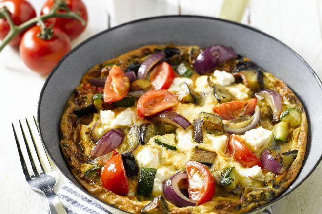 Omeletten zijn niet enkel voor 's ochtends. Met een overdaad aan groenten, kruiden en lekkere feta maak je er een heerlijk vullend avondmaal van.