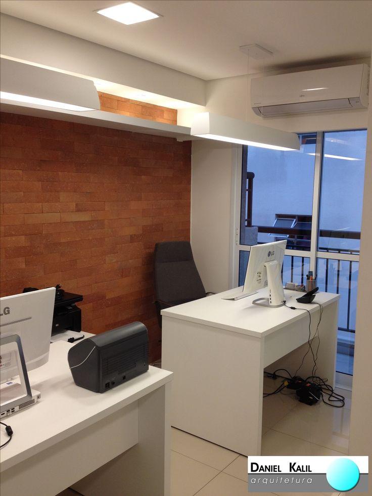 Projeto: Daniel Kalil Arquitetura   O ponto principal deste projeto é a parede de tijolos aparentes. Nesta decoração com mobiliário branco e preto, ela ganhou ainda mais destaque. Esse tipo de elemento está em alta e pode ser usado em qualquer ambiente. Linda decoração comercial.  #DanielKalilArquitetura #DecoraçãoComercial #ParedeDeTijolinho #ArquiteturaEDesign #Contemporâneo #Detalhes #PequenosEspaços #Decoração #Estilo #TijoloAparente #EstiloRústico