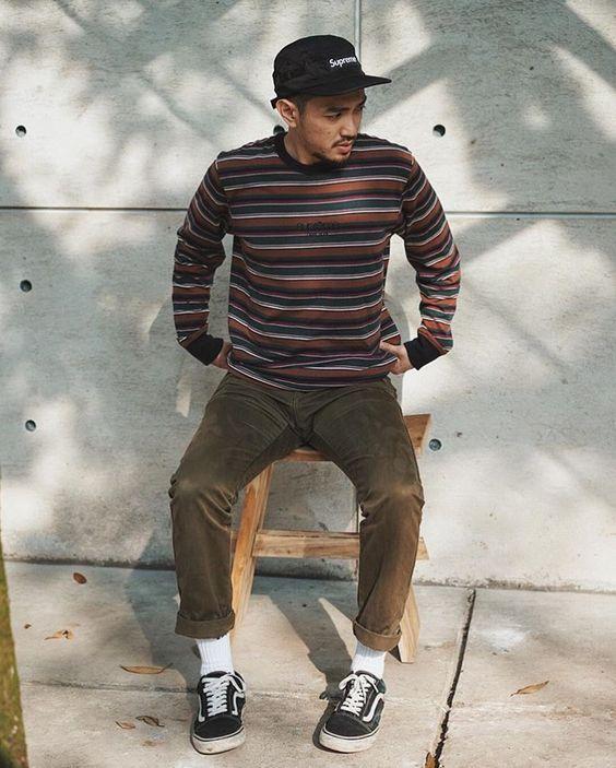 Skatewear. Macho Moda - Blog de Moda Masculina: SkateWear: 5 Itens que estão em alta pro Visual Masculino. Moda Masculina, Roupa de Homem, Roupa de Skate Masculina, Roupa de Skate para Homens, Moda para Homens, boné 5 panel supreme, Suéter Listrado, Calça Marrom, Meia Branca, Vans Old Skool